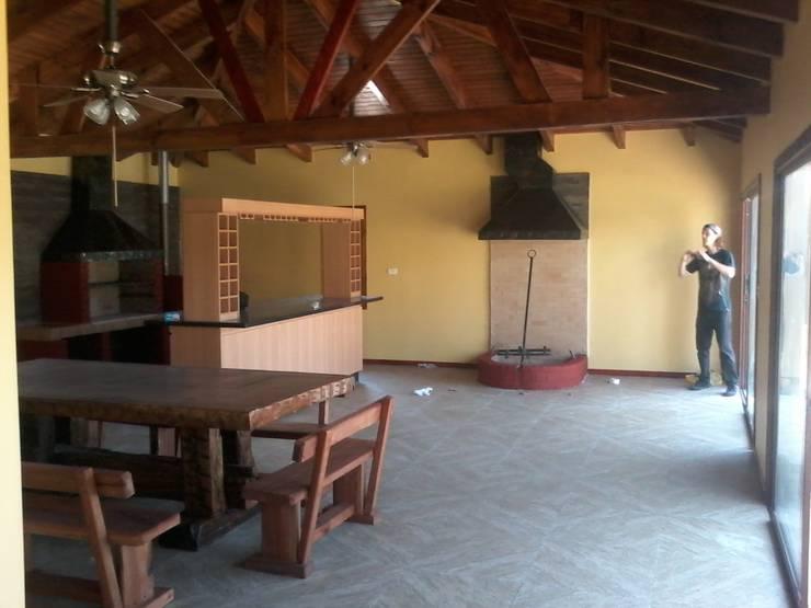 Ampliación de casa con quincho y piscina en Calera de Tango, por DAMRA: Pisos de estilo  por DIEGO ALARCÓN & MANUEL RUBIO ARQUITECTOS LIMITADA