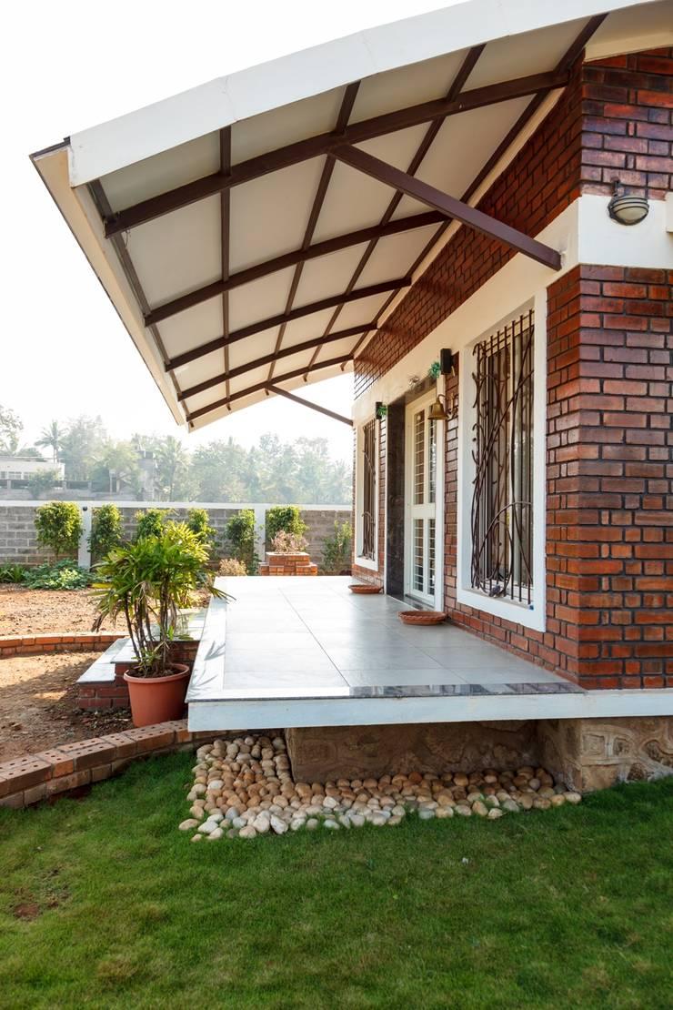 Week End Cottage :  Corridor & hallway by Spacecraftt Architects