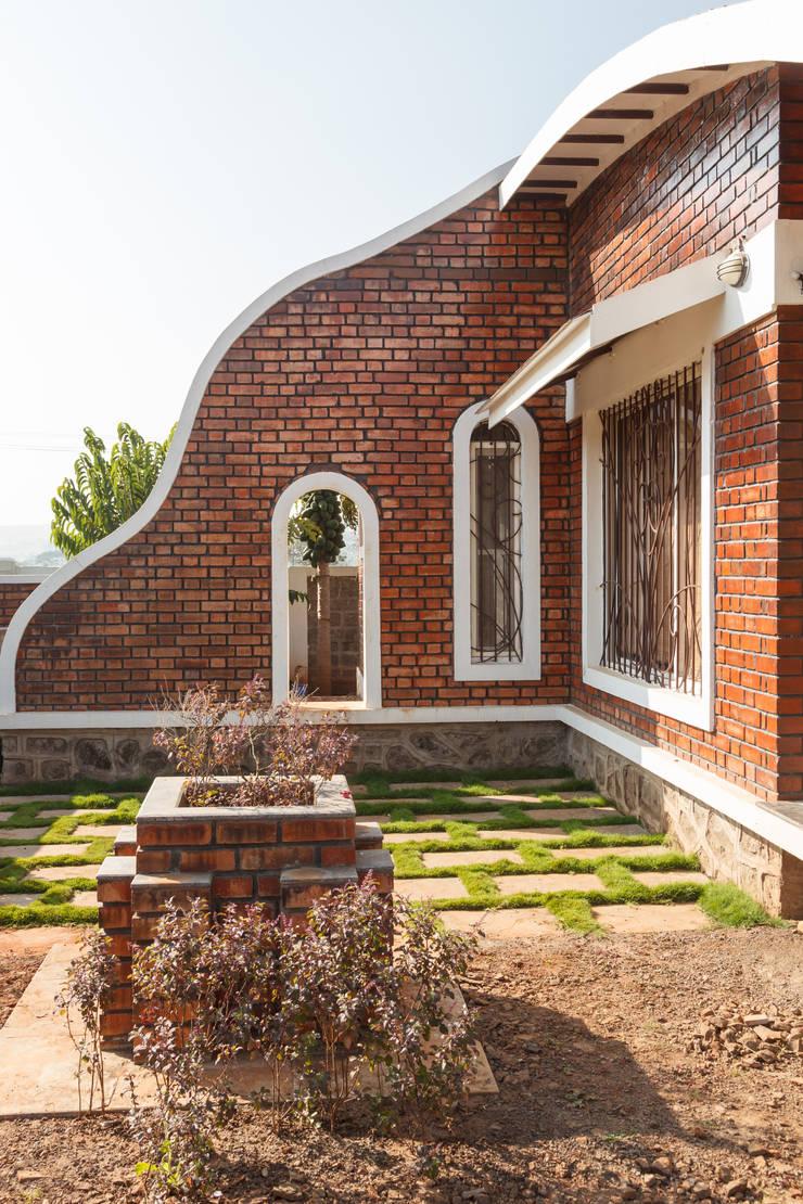 Week End Cottage :  Zen garden by Spacecraftt Architects