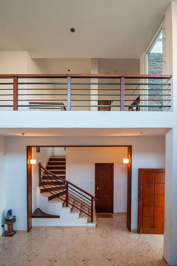 Hallway and stairs:  Corridor & hallway by Myriadhues,Modern
