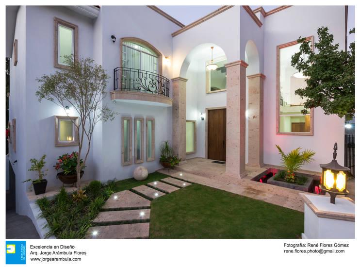 iliuminacion del exterior: Casas de estilo colonial por Excelencia en Diseño