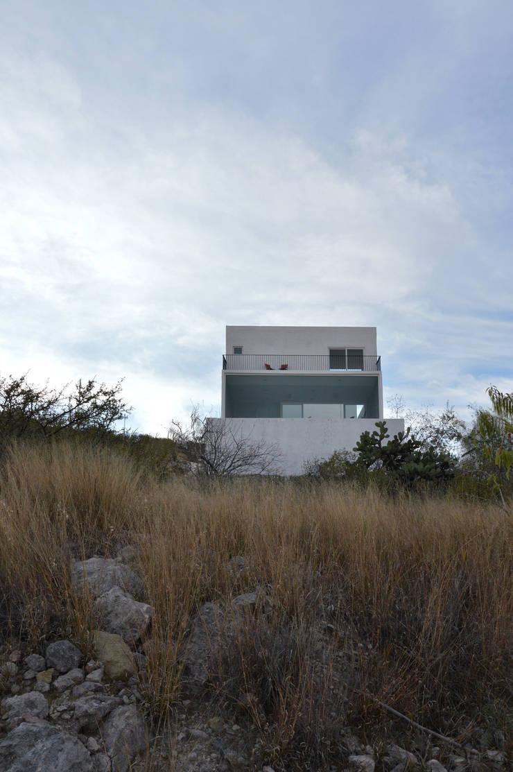 von AWA arquitectos Modern