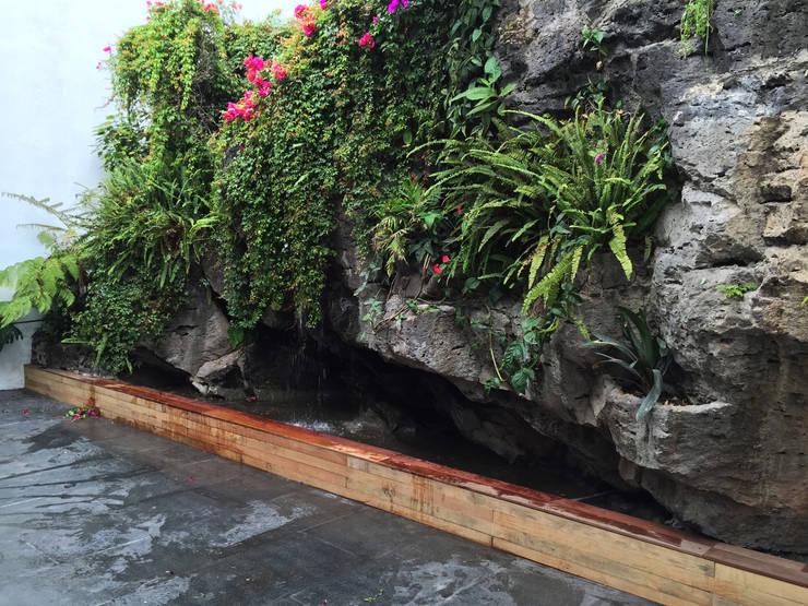 Muro de Jardín: Jardines de piedra de estilo  por AWA arquitectos