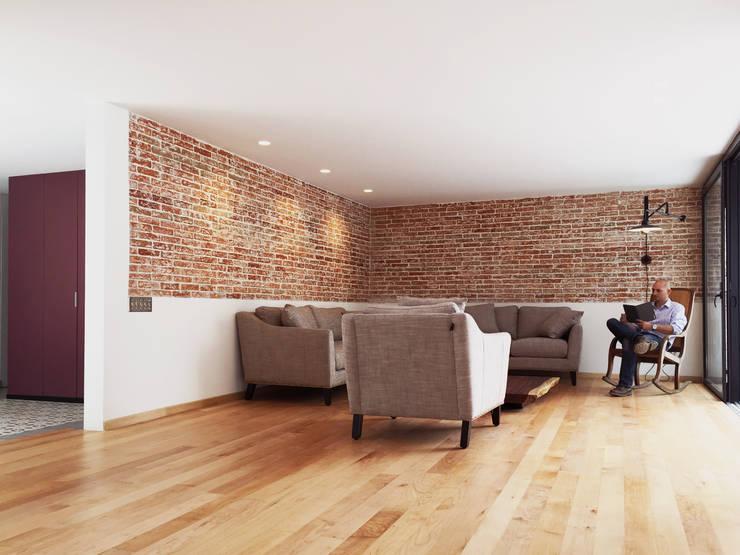 Moderne Wohnzimmer von AWA arquitectos Modern Holz Holznachbildung