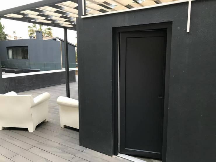 Puertas de estilo  por CaixilhoPVC