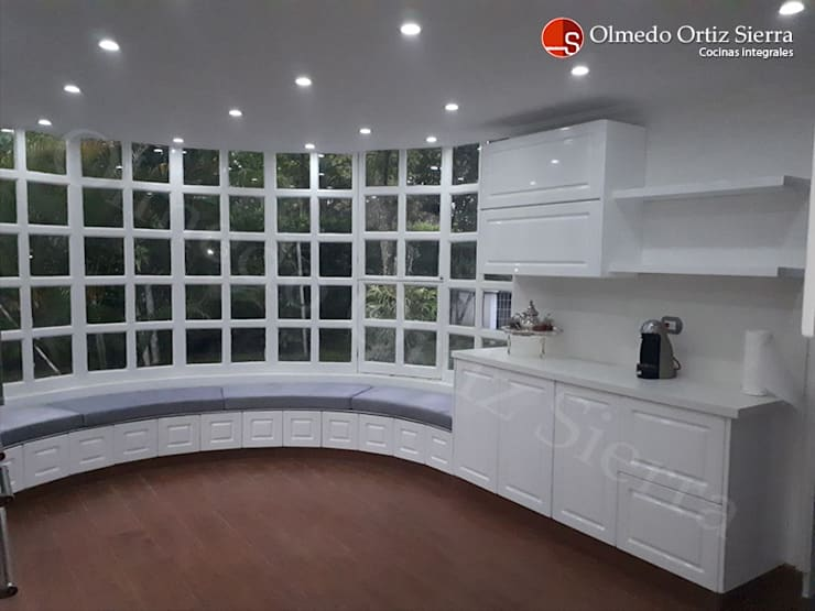 Cocina Integral Blanca Grande - Cali, colombia: Cocina de estilo  por Cocinas Integrales Olmedo Ortiz Sierra