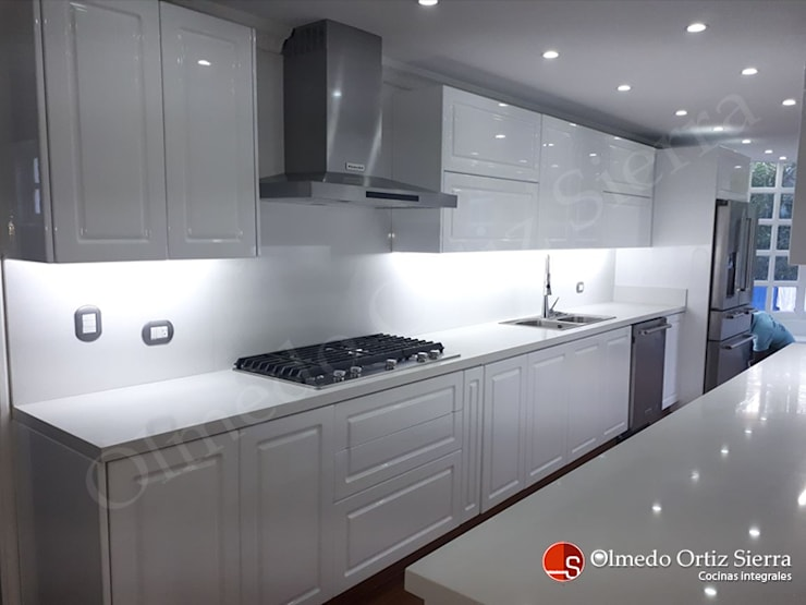 Cocina Integral Blanca Grande – Cali, colombia: Cocinas integrales de estilo  por Cocinas Integrales Olmedo Ortiz Sierra