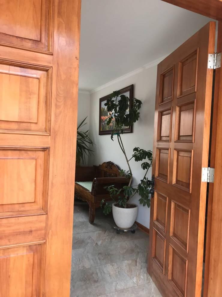 Puerta de acceso: Pasillos y hall de entrada de estilo  por Área Urbana Arquitectos SpA