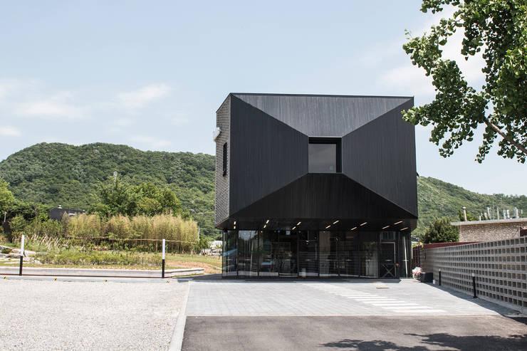 캔버스_너의배경이되는건축_몽트리파크: AAG architecten의  단층집,모던 벽돌