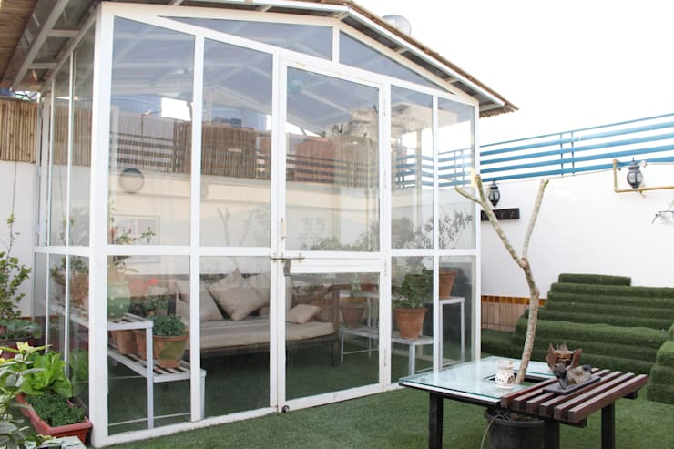 Terrace Garden at Defence Colony:  Roof by Grecor,Rustic