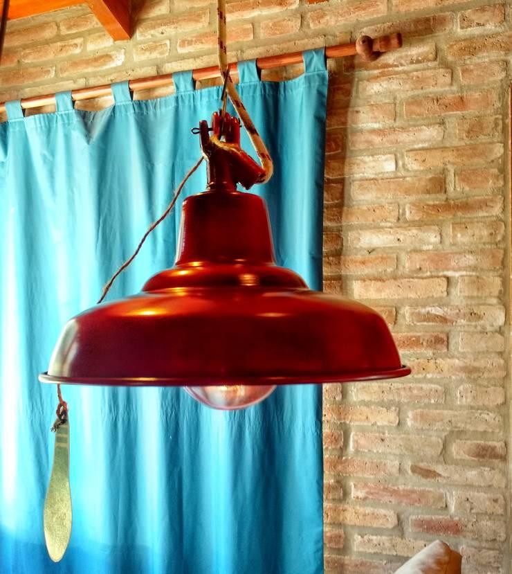 LAMPARA GALPONERA COLGANTE COLOR ROJO ENVEJECIDO: Oficinas y locales comerciales de estilo  por Lamparas Vintage Vieja Eddie,