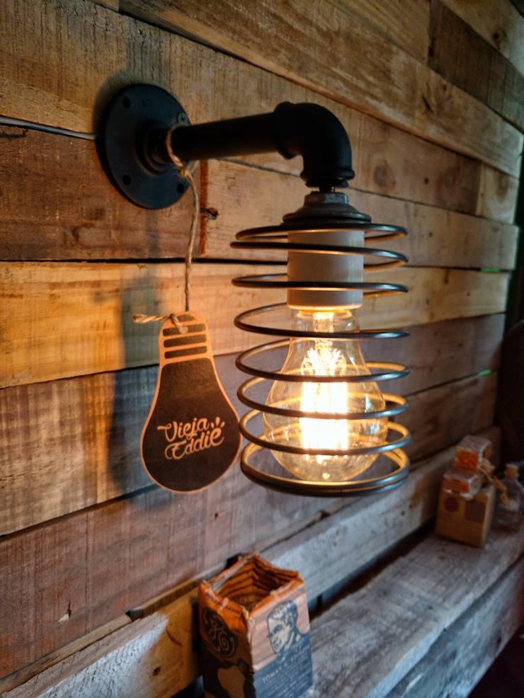 APLIQUE DE PARED LAMPARA TIPO INDUSTRIAL ESPIRAL FOCO ANTIQUE VINTAGE: Livings de estilo  por Lamparas Vintage Vieja Eddie