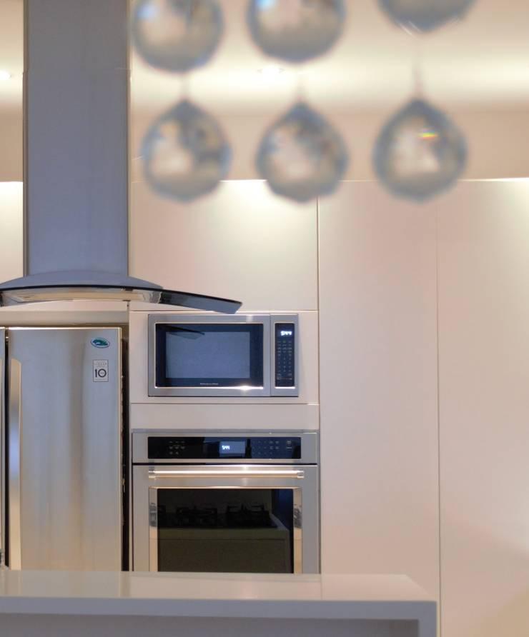 Cocina moderna: Cocinas de estilo  por Monica Saravia