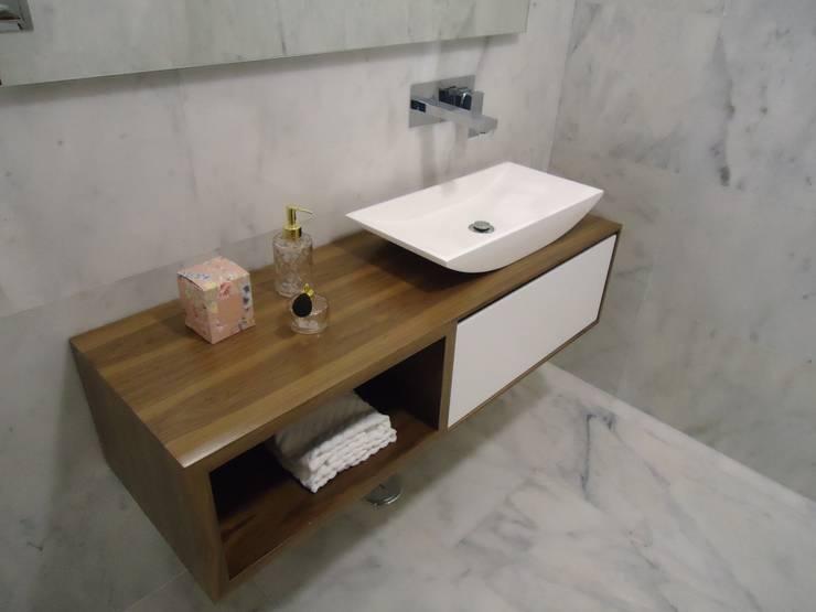 Móvel Aspen - Lavatório Weekend 3 - Misturadora Cubis parede: Casas de banho  por Smile Bath S.A.