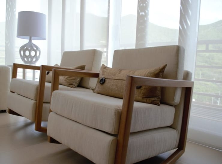Classic style living room by Monica Saravia Classic Wood Wood effect