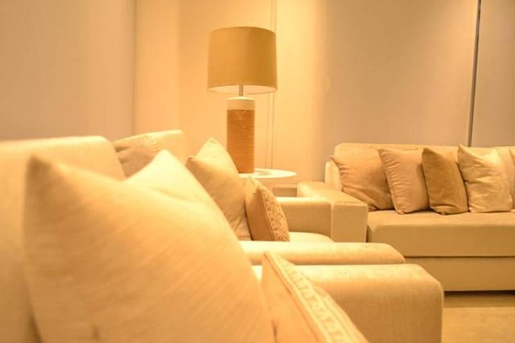 Sala gris: Salas de estilo  por Monica Saravia