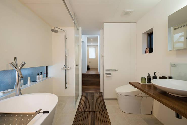 ろじのさき: 株式会社 ギルド・デザイン一級建築士事務所が手掛けた浴室です。