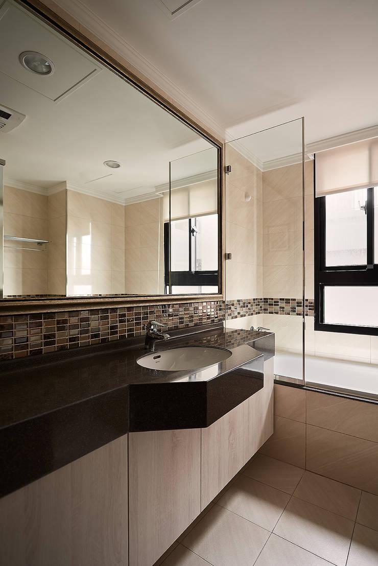 現代與古典 完美碰撞   | 38坪收納機能宅  | 芸匠室內設計 Artisan Design:  浴室 by 芸匠室內裝修設計有限公司