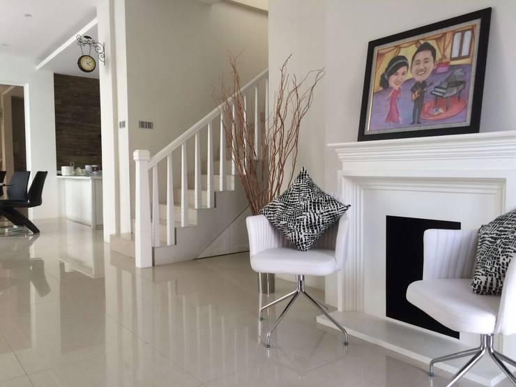 Foyer & Ruang Tamu:  Ruang Keluarga by Lighthouse Architect Indonesia
