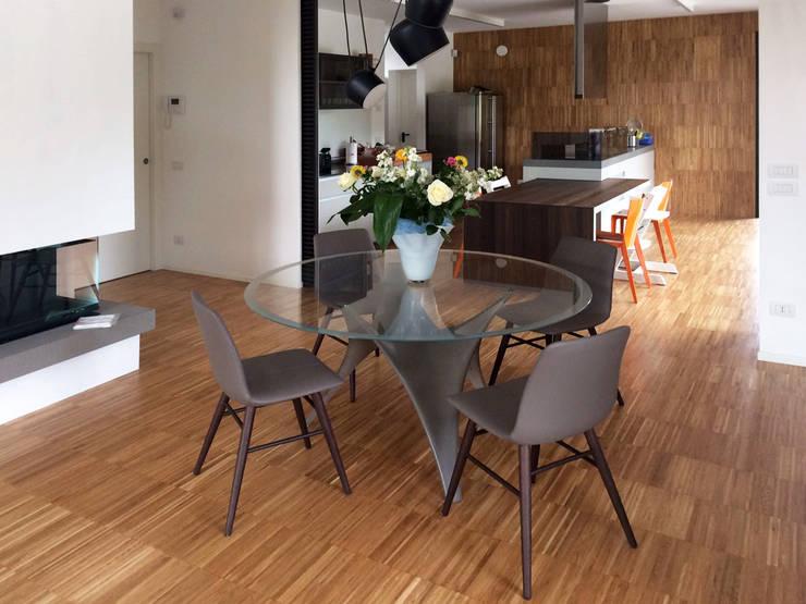 Villa moderna in legno: Sala da pranzo in stile  di Marlegno