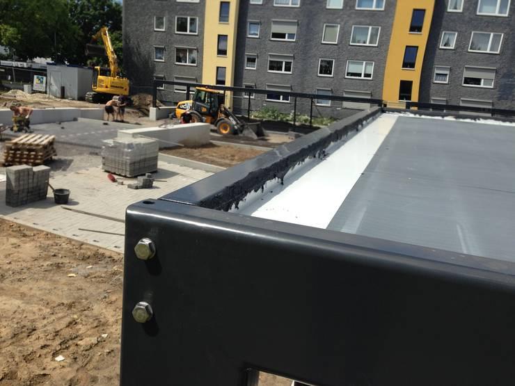 Carportanlage Rebhuhnweg Bochum – VBW Bauen und Wohnen:  Garage & Schuppen von Hower Landschaftsarchitekten