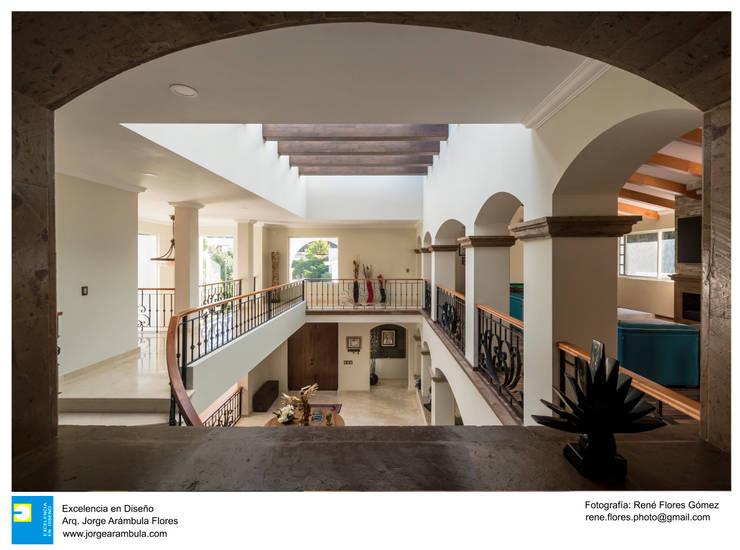 vestibulo en doble altura: Electrónica de estilo  por Excelencia en Diseño