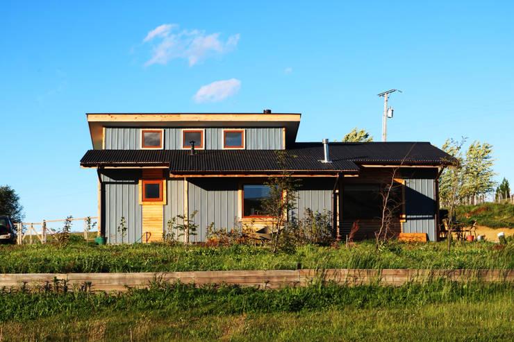 Fachada: Casas de madera de estilo  por casa rural - Arquitectos en Coyhaique