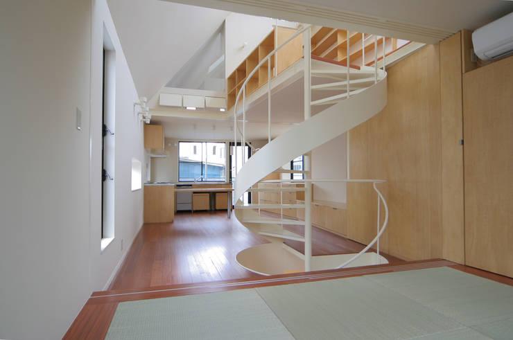 リビング: 有限会社角倉剛建築設計事務所が手掛けた和室です。