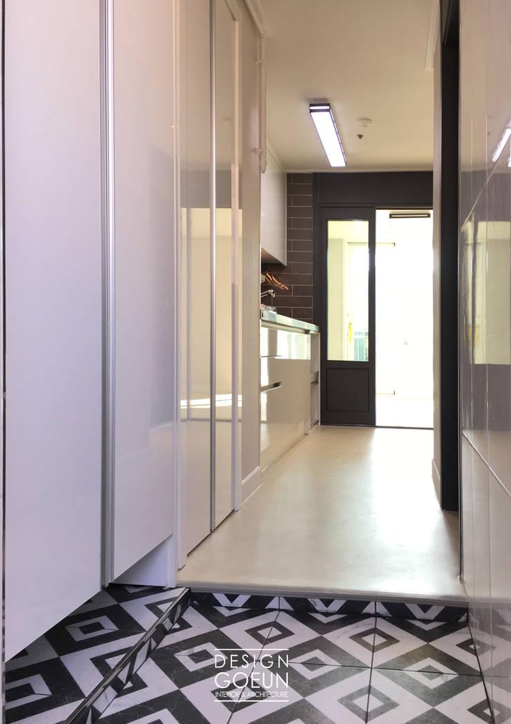 부천 미리내마을 네츄럴 모던하우스: 디자인고은의  복도 & 현관