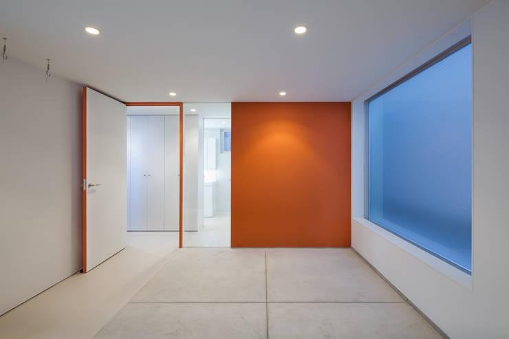 ビルトインガレージ: 有限会社角倉剛建築設計事務所が手掛けたガレージです。,