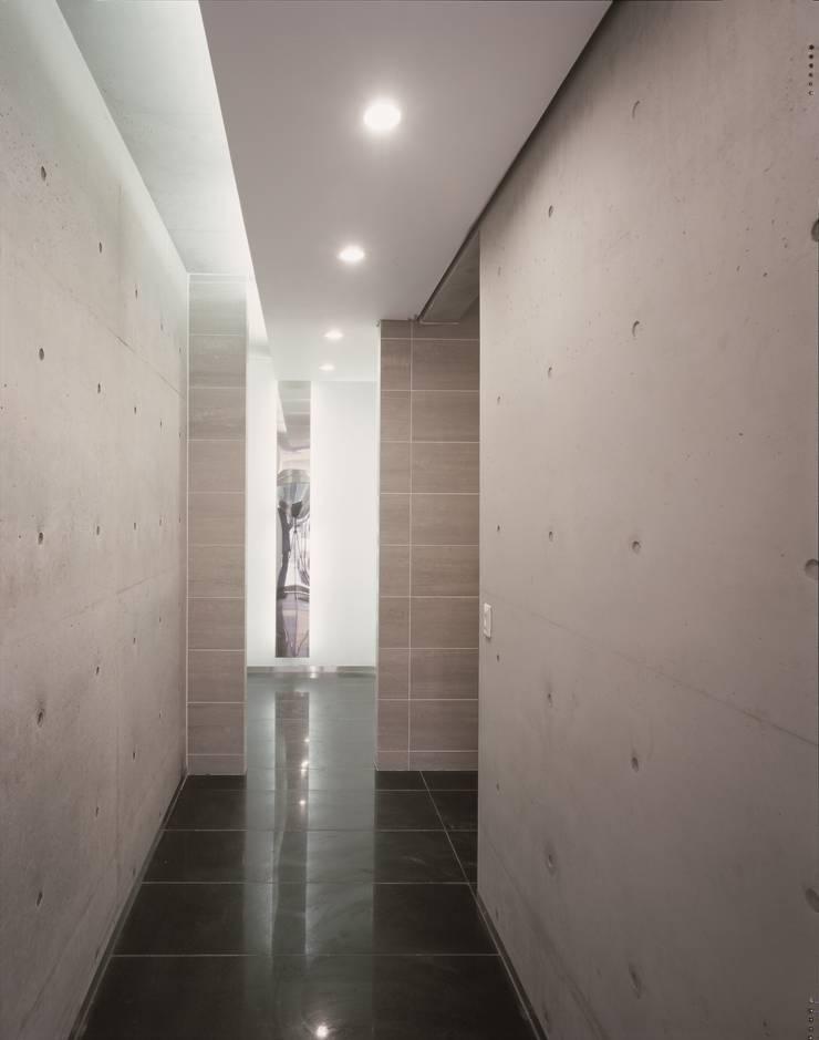 Y.I빌딩: 오종상 건축사의  복도 & 현관,