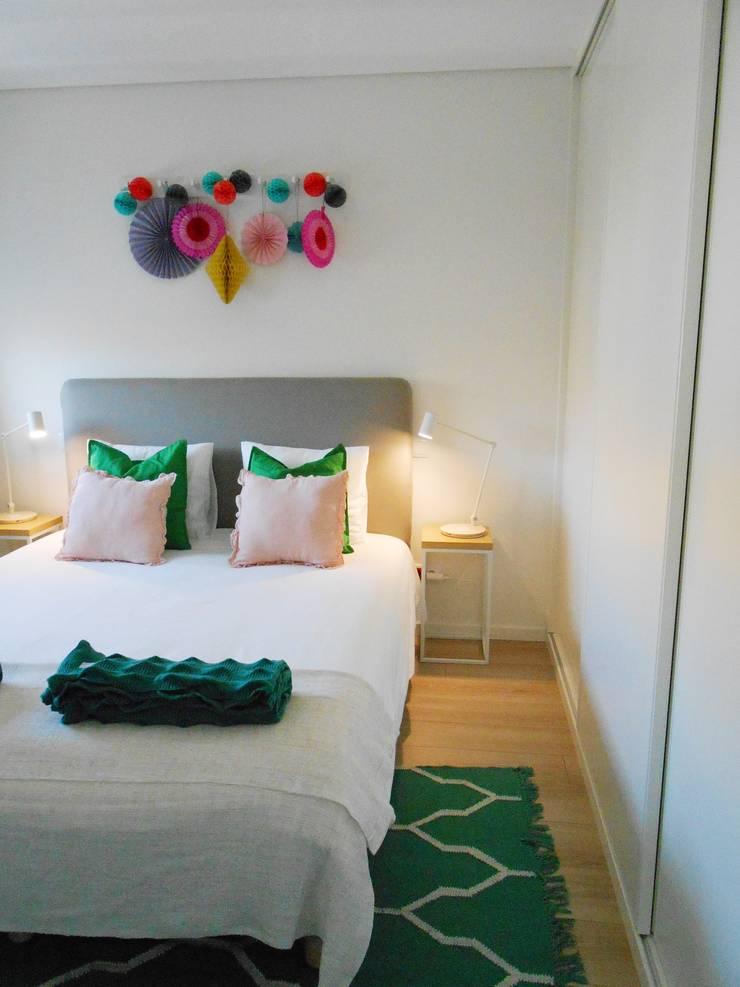 Quarto de casal: Quartos  por Tangerinas e Pêssegos - Design de Interiores & Decoração no Porto