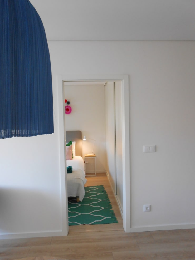 Ligação Sala de Jantar/ Quarto de casal : Quartos  por Tangerinas e Pêssegos - Design de Interiores & Decoração no Porto
