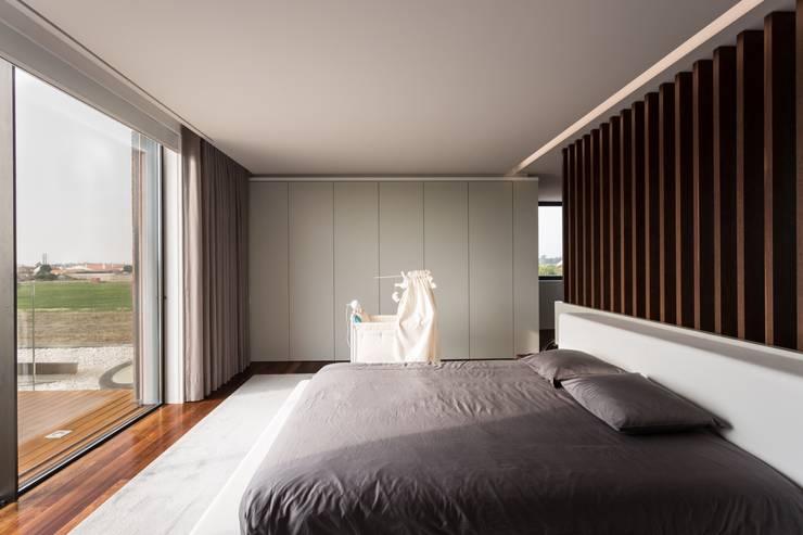 Dormitorios de estilo  por Risco Singular - Arquitectura Lda
