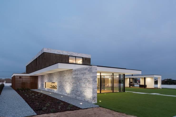 Marta House  - Architecture:  Risco Singular-Arquitectura Lda  Arqº. Paulo Costa e Arqª. Sónia Abreu: Casas  por Risco Singular - Arquitectura Lda