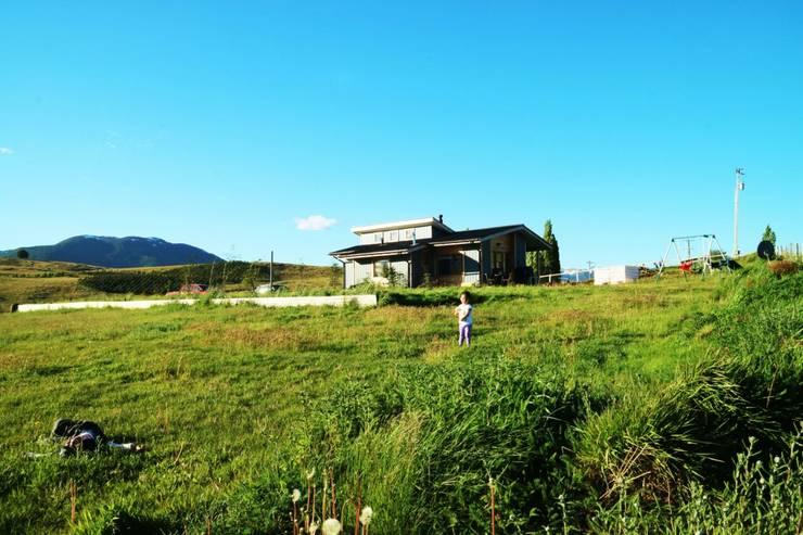 Fachada: Casas unifamiliares de estilo  por casa rural - Arquitectos en Coyhaique