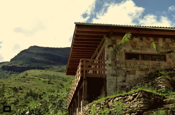 Fachada lateral: Casas de campo de estilo  por PROMENAD ARQUITECTOS