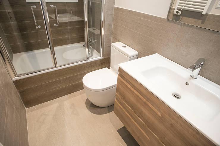 Cuarto de baño: Baños de estilo mediterráneo de Grupo Inventia
