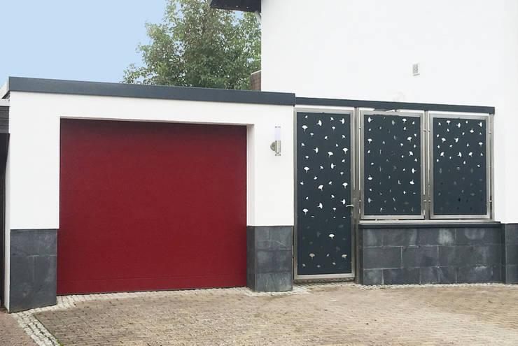 Edelstahl und Aluminium Eingangsbereich.:  Vorgarten von Edelstahl Atelier Crouse - individuelle Gartentore