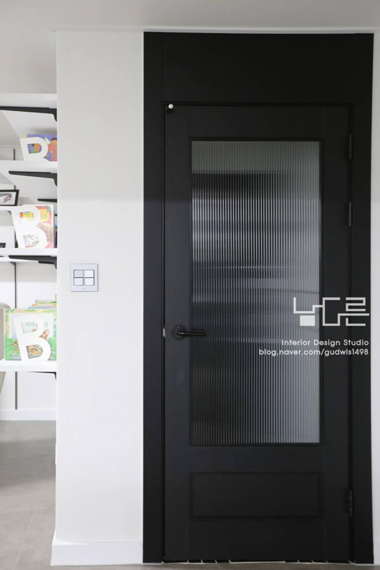 이곡동 상가주택 38평형: 남다른디자인의  복도 & 현관