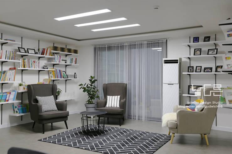 이곡동 상가주택 38평형: 남다른디자인의  거실