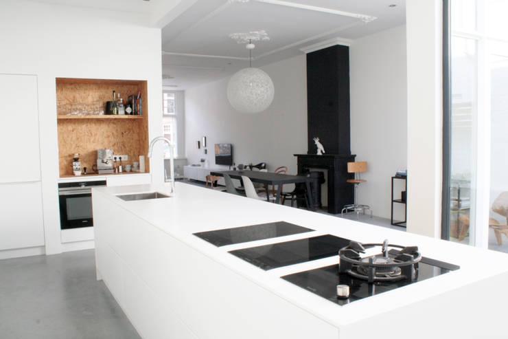 Woonhuis Regentes:  Keukenblokken door Bruusk architecten