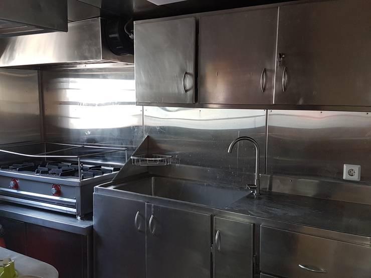 MUEBLES DE COCINA INCUSTRIAL: Muebles de cocinas de estilo  por SCONCRETO S.A.C.