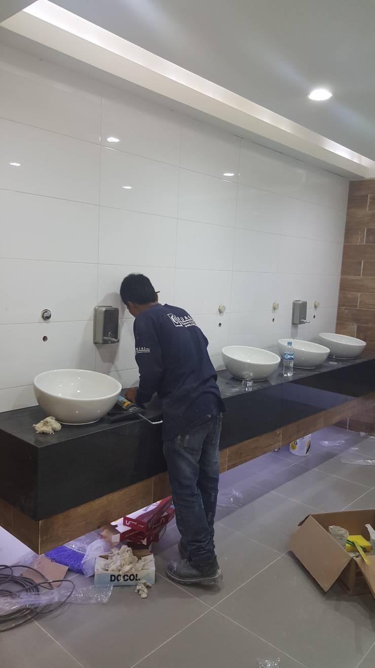 Remodelación de Baños :  de estilo  por SCONCRETO S.A.C.