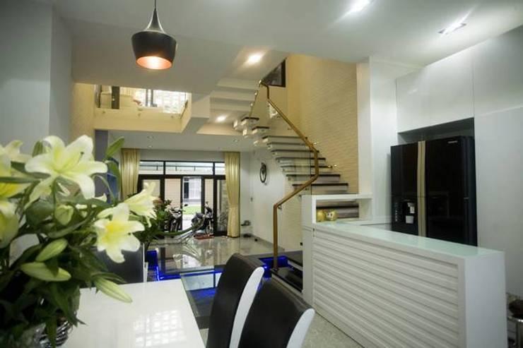 Nhà Ống Lệch Tầng Đẹp 5x15m Có Giếng Trời Mát Mẻ:  Phòng khách by Công ty TNHH Xây Dựng TM – DV Song Phát