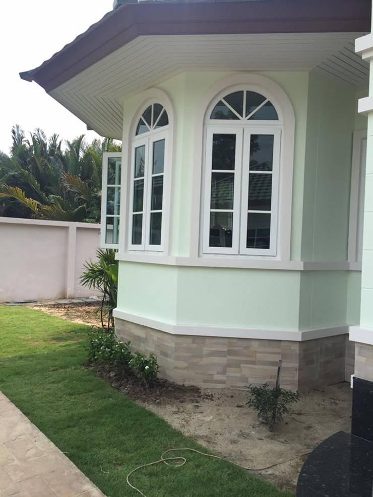 บ้านคุณหนิง +ประตูบานเฟี้ยม:   by บีบี.ทีเคเทรดดิ้ง จำกัด