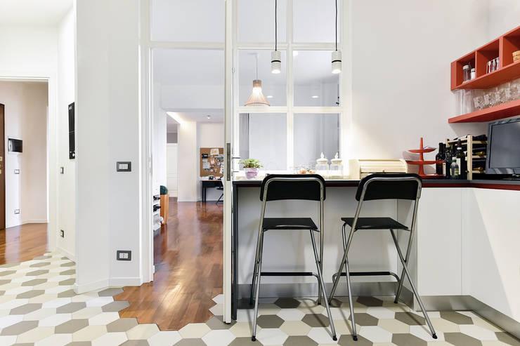 Cuina a vista | Vetrata in legno: Cucina in stile  di 02A Studio