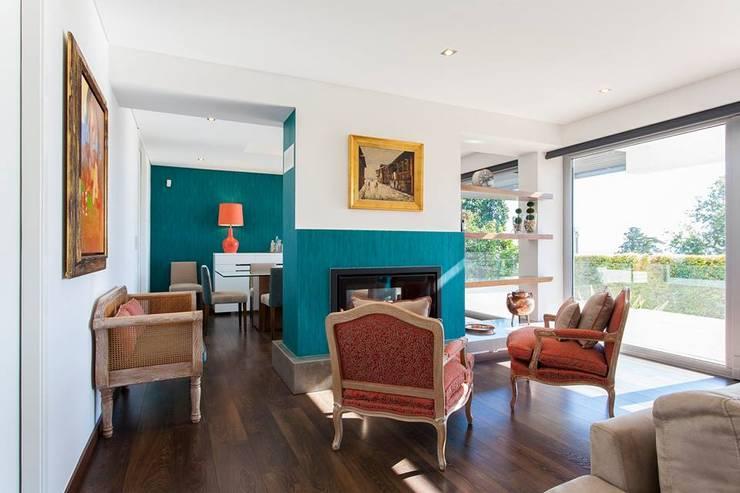 Zona da lareira: Sala de estar  por Traço Magenta - Design de Interiores