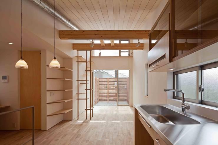 猫と暮らす小さな家: 株式会社 ギルド・デザイン一級建築士事務所が手掛けたリビングです。