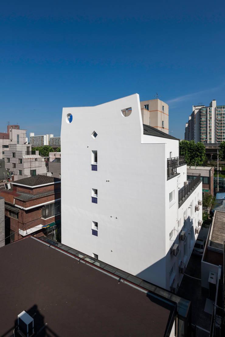 성산동 고양이집: 에이오에이 아키텍츠 건축사사무소 (aoa architects)의  다가구 주택,
